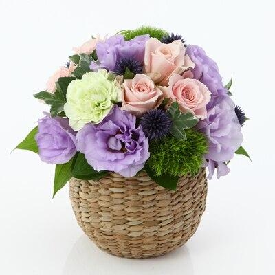 【ネット限定】紫のトルコキキョウのアレンジ M 手編みのカゴ・ラウンドタイプ