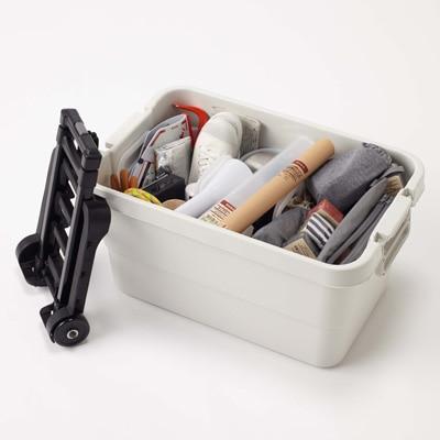 ポリプロピレン頑丈収納ボックスには特大、大、小の3サイズあります。 筆者宅では特大と大のサイズを使用しています。  特大サイズの中にはテニスラケットや自転車の ...