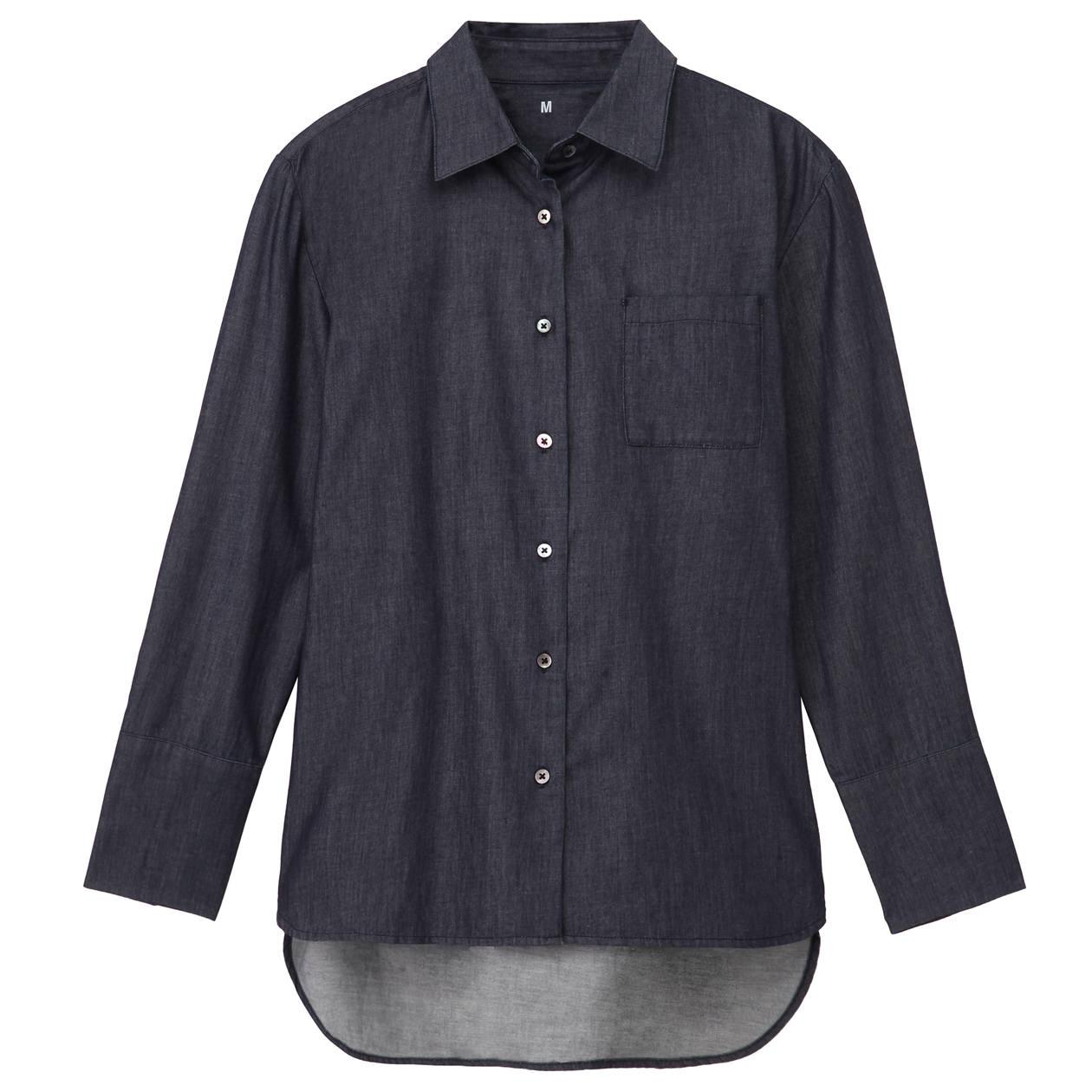 チャコールグレーのニットカーディガンをデニムシャツに重ねる着こなし