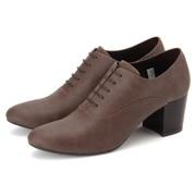 ヒールのない柔らかい合皮は履きやすく、歩きやすいアイテム。