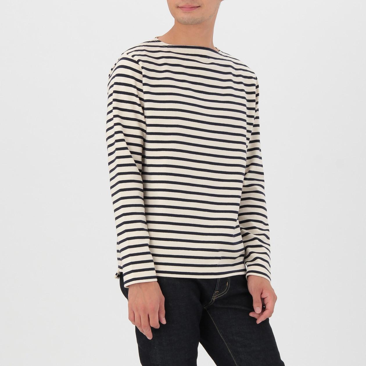 白い半袖のシャツとA.のヒッコリーパンツのコーディネートはすっきりすずしげ。ヒッコリーはオールシーズン着られます。シャツは無印。