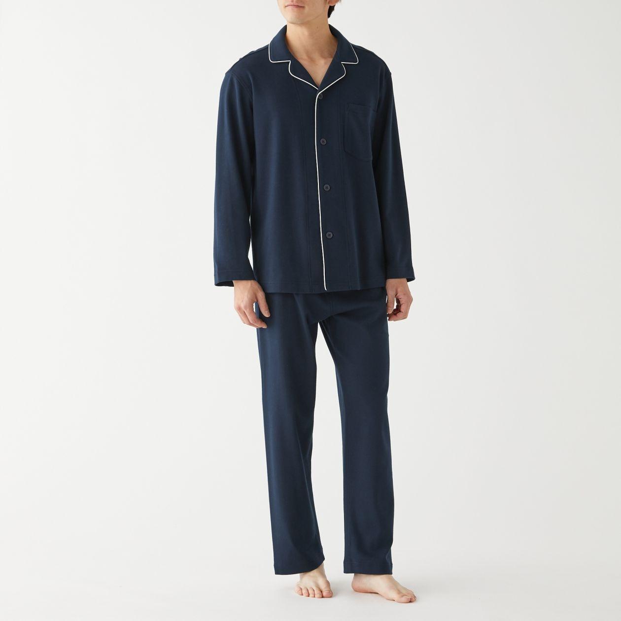 脇に縫い目のない スムース編みパジャマ