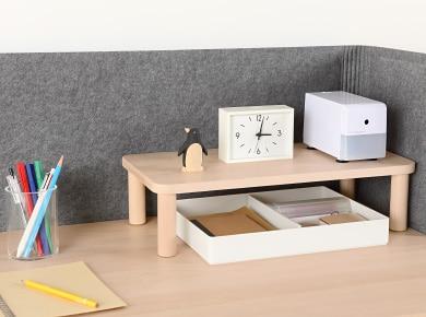 時計や鉛筆削りなど小物などを置いても、下にものが置けてデスクの上を有効に使うことができます。