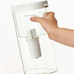 「持ちやすく滑りにくい浄水器を」というご意見をとりいれて、上部に指の収まるくぼみをつくりました。滑りにくいのはもちろん、お子さまや力の弱い方にも、持ち上げ  ...