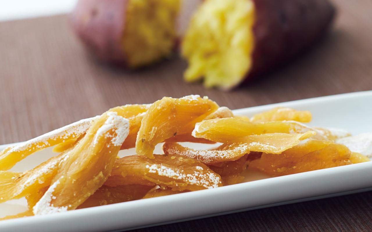 干し芋をスティック状にカットするときに出る切れ端の部分を集めました。端っこでも、自然の甘みとやわらかな食感は変わりません。