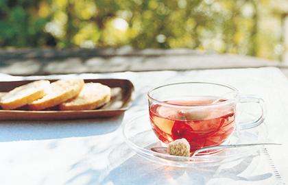 手軽にお茶を楽しめる、温度差に強い耐熱ガラス。 透明度の高いガラス食器は、料理の盛り付けにも便利です。